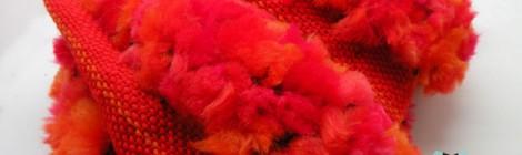 Czerwona puchata czapka i komin